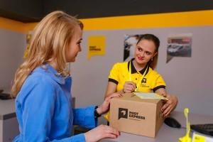 Оператор в отделении Post Express, оформление экспресс-накладной на отправление для клиента