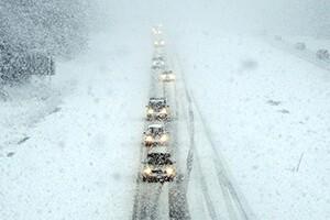 Зима, снегопад, голоде на дороге